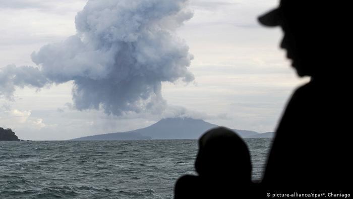 El volcán indonesio Anak Krakatoa expulsa nubes de ceniza, humo y magma