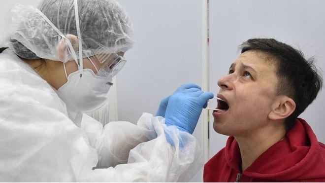 Coronavirus: la razón por la que algunos pacientes recuperados de covid-19 pueden volver a dar positivo, según la OMS