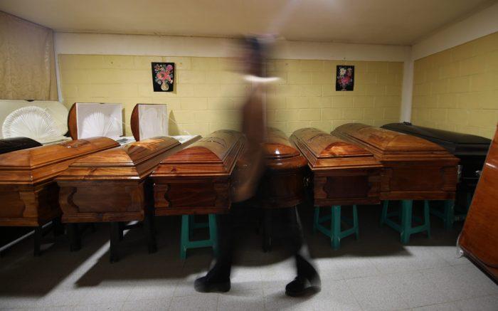 Dueño de funeraria advierte negligencia de hospitales y amenaza: