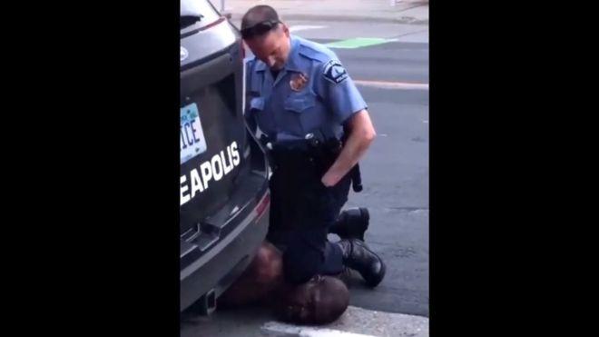 La indignación por la muerte de un afroestadounidense después de que se viera a un policía blanco arrodillándose en su cuello