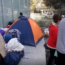 Ciudadanos peruanos siguen acampando a las afueras del consulado de ese país