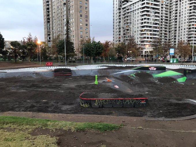 Tras denuncias de vecinos: Municipalidad de Santiago sepulta skatepark con cinco toneladas de tierra para evitar su uso durante la pandemia