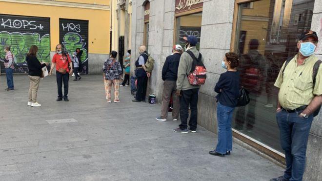 Coronavirus en España: las colas del hambre por la crisis de la covid-19 inundan Madrid