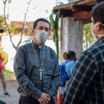 Arzobispado de Santiago acoge a 120 migrantes peruanos en situación de calle que dormían afuera del consulado de su país