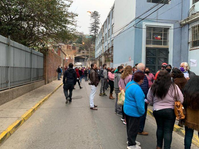 """Medidas del Gobierno sin """"bajada operativa"""": Valparaíso, Renca y El Bosque registran largas filas y desórdenes por gente buscando cajas de mercadería"""