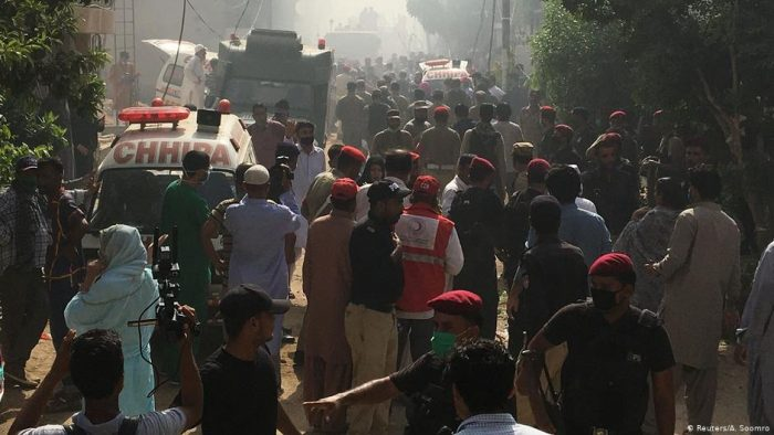 Avión con más de 100 pasajeros se estrella en Pakistán