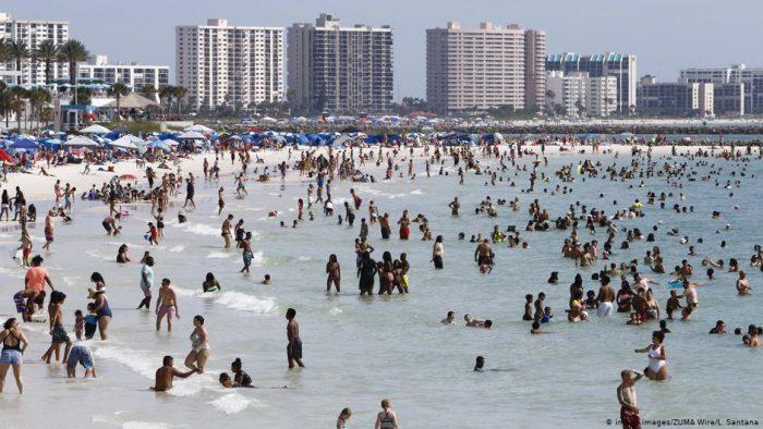 Multitudes desafían pandemia en playas de Estados Unidos