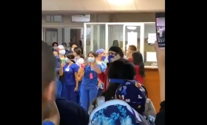 Funcionarios de Hospital Regional de Concepción se manifiestan por la reducción de refuerzos hospitalarios en plena crisis sanitaria