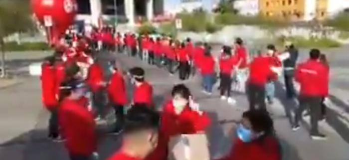 Funcionarios municipales de Antofagasta trasladan cajas de abastecimiento con nulo distanciamiento social