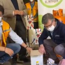 Alcalde Lavín ayuda a vecinos de El Bosque con cajas de alimentos de emergencia
