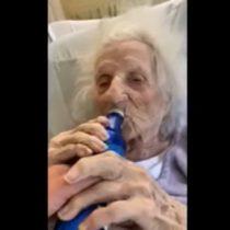 Paciente de 103 años dada de alta por Covid-19 celebra su recuperación tomando una cerveza