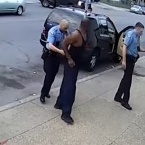 Cámara de seguridad captó el momento justo en que policías detuvieron a George Floyd momentos antes de su asesinato