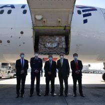 Cancillería y ministro Mañalich reciben avión que llegó desde China repleto de insumos médicos