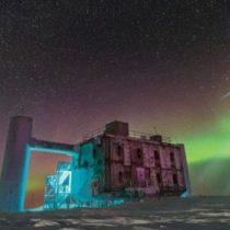 Neutrinos, los mensajeros cósmicos que atraviesan nuestros cuerpos y los científicos buscan en la Antártica y en las profundidades del mar