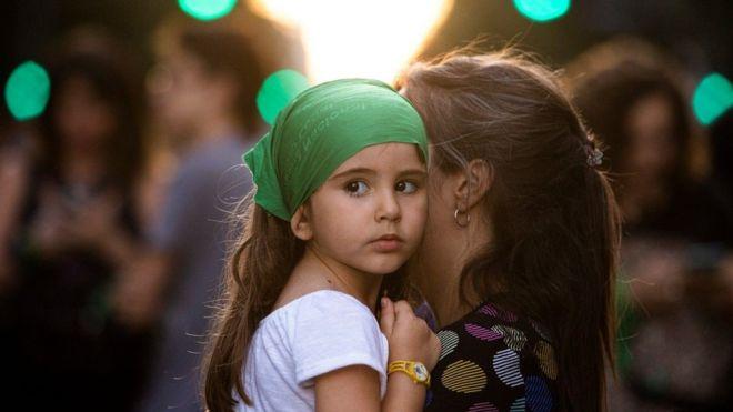 Qué es la crianza intensiva y por qué cada vez tiene más éxito en Europa a la hora de educar a los hijos