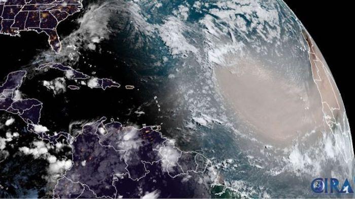 Polvo del Sahara: cuál es el fenómeno detrás de la densa nube que viajó 10.000 km desde África y ya afecta a México