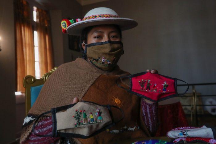 Las manos de mujeres indígenas en Bolivia bordan historias en sus mascarillas
