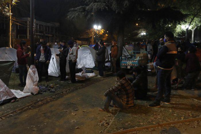 Luego de pernoctar semanas a las afueras del consulado: Más de 500 ciudadanos bolivianos regresarán a su país tras cumplir cuarentena en albergue de Recoleta