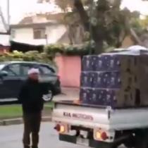 """Captan reparto de cajas de """"Alimentos para Chile"""" en barrio residencial de La Reina"""
