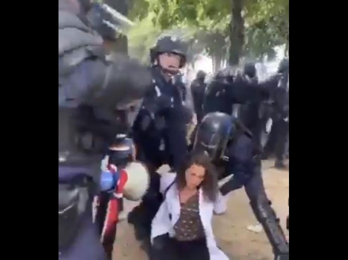 Francia: Policías agreden brutalmente a enfermera en medio de una manifestación en París