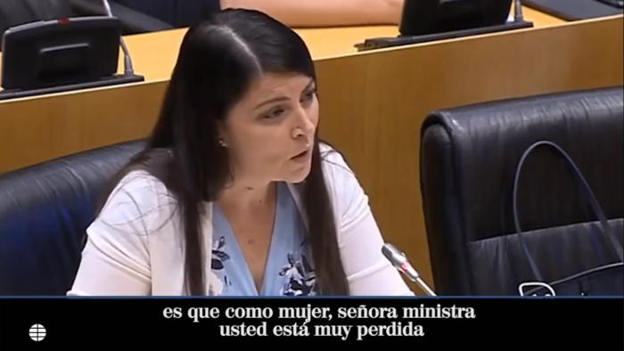 """Diputada Macarena Oloma de España arremete contra la ministra de Igualdad: """"Piensan que una mujer es más mujer porque no lleve las axilas depiladas"""""""