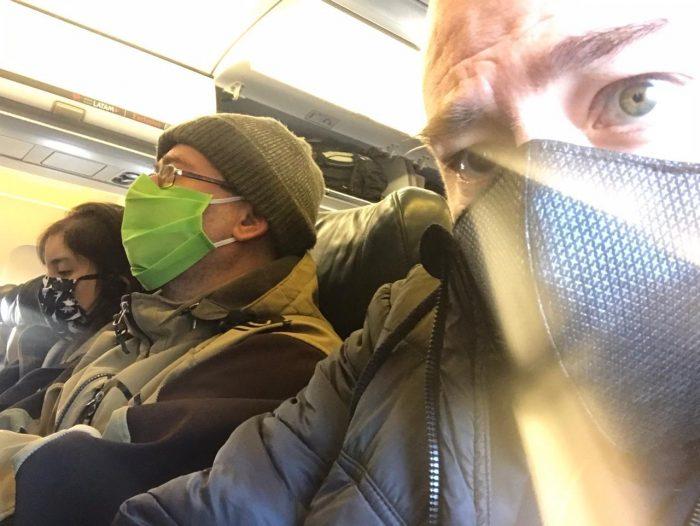 ¿El encanto de volar? Denuncian que Latam no respeta distancia del asiento vacío en sus viajes