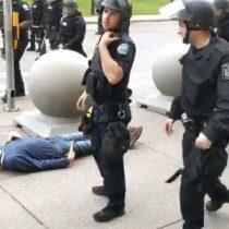 Adulto mayor es agredido y dejado inconsciente por policías estadounidenses en medio de una manifestación antirracial