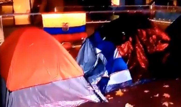 Ecuatorianos piden ayuda para poder regresar a su país: duermen afuera de su embajada en Providencia