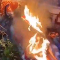 Manifestantes derriban estatua de Cristóbal Colón en Virginia y la tiran a un lago