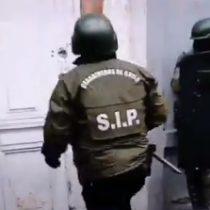 Carabineros derriba puerta equivocada a pesar de la advertencia de vecinos en operativo de allanamiento en Barrio Yungay