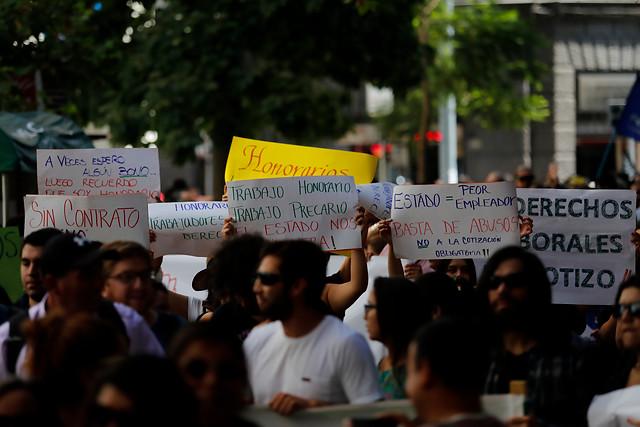 """Trabajadores a honorarios atentos a votación de proyecto en la Cámara: """"¡$75 mil no sirven para una familia!"""""""