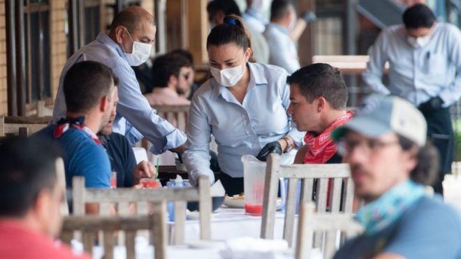 Contagios de coronavirus: 3 casos que explican cómo una reunión se puede convertir en un evento superpropagador