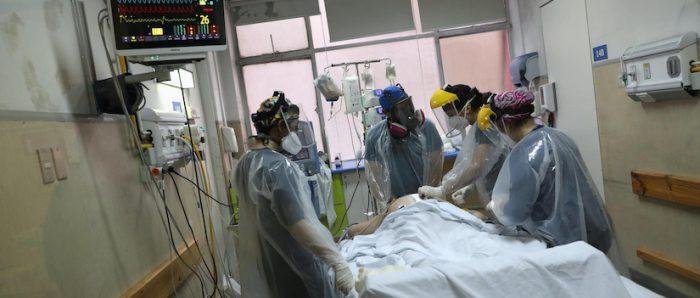 A ritmo de violín, enfermera chilena consuela a pacientes con coronavirus