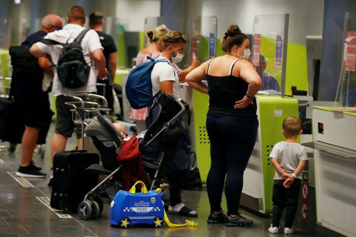 Nuevas restricciones de viajes arruinan verano en Europa mientras el mundo encara nueva ola viral