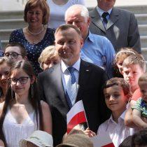 Presidente polaco introduce enmienda para prohibir adopción por parejas gays