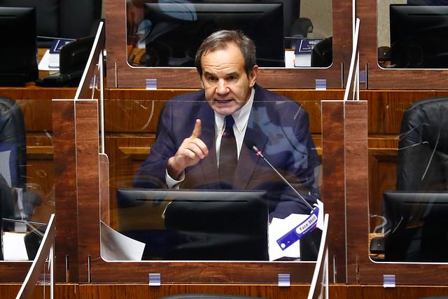 Allamand pasa la cuenta a Desbordes y Lavín durante la votación del retiro de fondos de la AFP