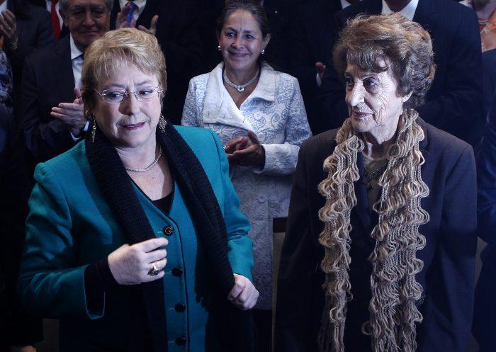 Bachelet llega a Chile para despedirse de su madre Ángela Jeria y agradece mensajes