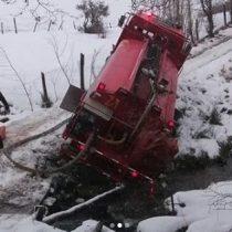 Combatieron el fuego de igual manera: carro de Bomberos se desbarrancó a metros de llegar a incendio en Coyhaique