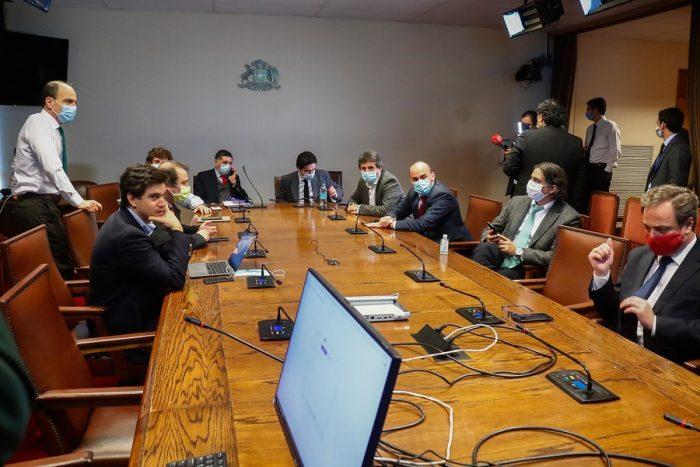 """Polémica en sesión por retiro de la AFP: oposición exige que ministros estén presentes en la sala y no en reuniones paralelas para """"comprar votos"""""""