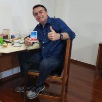 Sonriente y con una caja de hidroxicloroquina en la mano, Bolsonaro informó que ya no tiene coronavirus