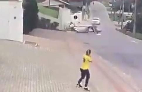 Sus ocupantes resultaron heridos: registro captó momento exacto en que avioneta cayó en transitada calle en Brasil