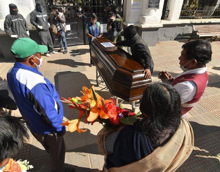 Vivir con muertos: el drama en la región boliviana de Cochabamba debido al colapso de cementerio por el Covid-19