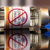Los antivacunas ponen en peligro la solución de la pandemia de COVID-19