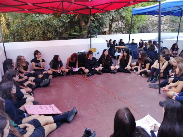 Apoderados del colegio John Dewey de Las Condes acusan intervención indebida de la seremi de Educación en cierre del establecimiento