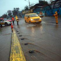 Cortes de luz, calles inundadas, y anegamiento de casas por intensas lluvias en la zona centro sur del país