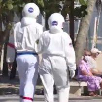 La salud por sobre el calor: pareja de brasileños se protege del coronavirus con traje de astronautas