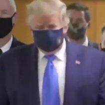 Trump usa mascarilla en visita a centro médico militar