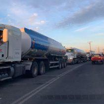 Las consecuencias del paro de camioneros: decenas de comunas del sur de Chile reportan desabastecimiento en bencineras