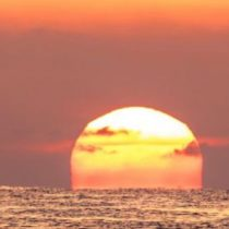 Qué es la dispersión de Rayleigh y qué tiene que ver con que a veces el Sol y el cielo se vean tan rojos