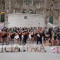 """Chilenas en Barcelona claman justicia interpretando """"Canción sin miedo"""" en el frontis de la Basílica de la Sagrada Familia"""